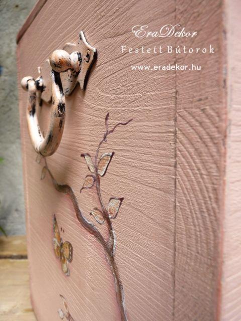 Antikolt festett pasztell tároló láda a provence-i stílus jegyében. Fotó azonosító: PROVPASMAD18