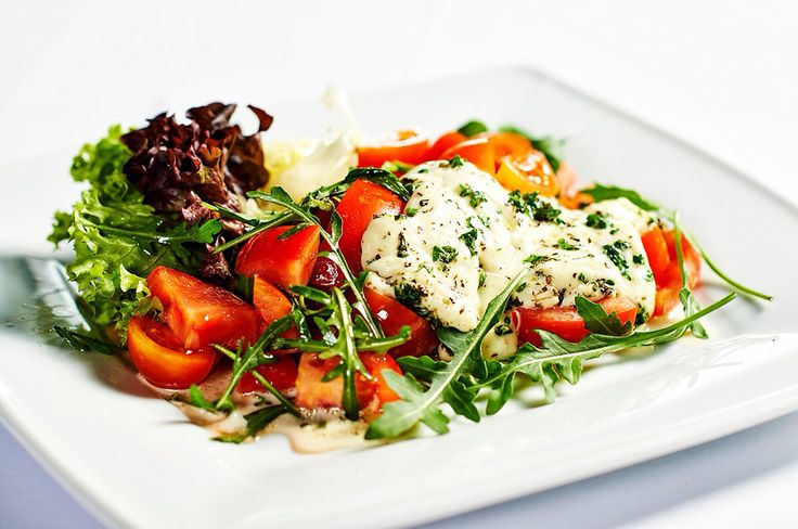 Míchaný salát z krájených rajčat a rukoly podávaný s mozzarelou a čerstvými bylinkami v Restauraci ORO #pytloun #yummy #liberec #salad #timeforlunch