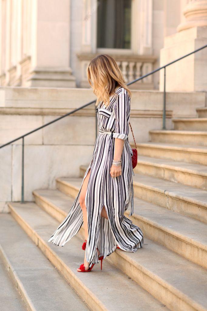 Фото: Helena Glazer  Этот живой наряд будет идеален для лета — ох, что может быть лучше, чем полосатое длинное платье и красные туфли на каблуке?  Платье: L'AGENCE, Туфли: Aquazzura