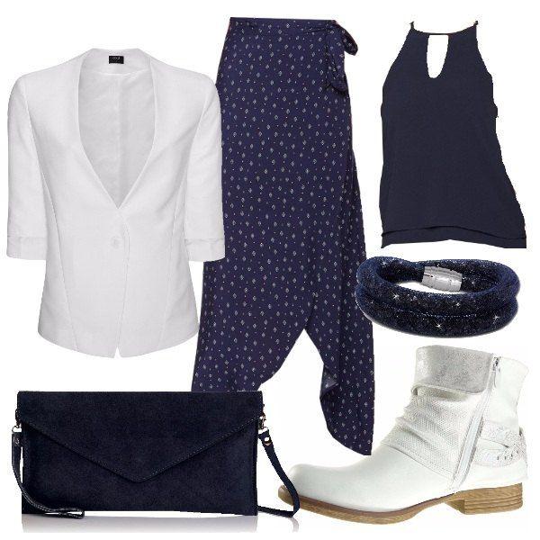 Abbinamento bicolore composto da top e gonna lunga a fantasia in blu, giacca e stivali in bianco. Proposta semplice ma d'effetto per l'ufficio o per una serata casual.