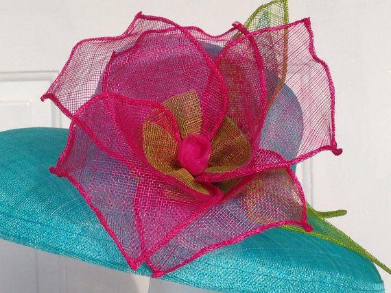 Turquoise Sinamay muts met grote Fuschia bloem. Dit werd gedaan om de match een Lilly Pulitzer Maxi jurk voor de Kentucky Derby. Kan worden gemaakt in een verscheidenheid van kleuren. 2 weken voor aangepaste bestellingen toestaan.  Hoed is maat 22.5 - alle aangepaste hoeden omvatten een dimensionering band in de hoed te maken voor de perfecte pasvorm. Rand maatregelen 18 inch over.