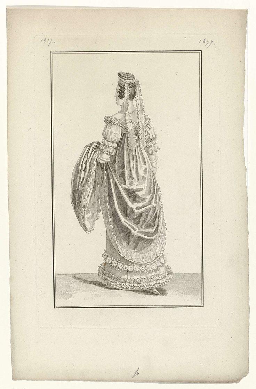 Anonymous | Journal des Dames et des Modes, Costume Parisien, 15 décembre 1817 (1697), Anonymous, Pierre de la Mésangère, 1817 | Vrouw, op de rug gezien, lopend naar links, gekleed in een ensemble voor aan het hof. Zij draagt een japon met hoge taille en sleep. De onderrok is versierd met een guirlande van bloemen. Het haar in een hoge knot en een haarband met twee afhangende slippen. Verdere accessoires: collier, handschoenen, schoenen. Met de linkerhand houdt ze haar japon op. Proefdruk…