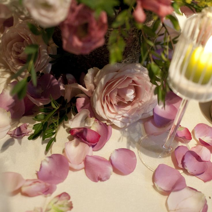 www.italianfelicity.com #weddingdetails #centerpiece #rosepetals