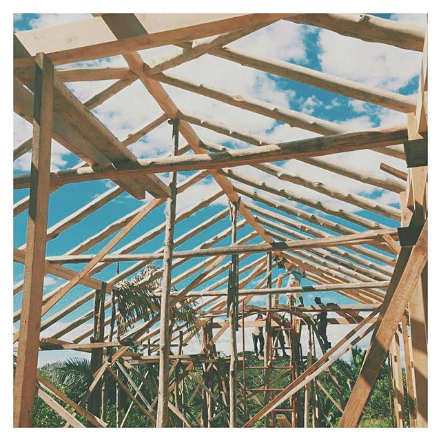 Local construction on site at @cirenas.costa.rica working with @s3_ingenieros // #framing #construction #architecture #inspection #roof #timber #designstudio #permaculture #costarica 📷@flynnstagram2000