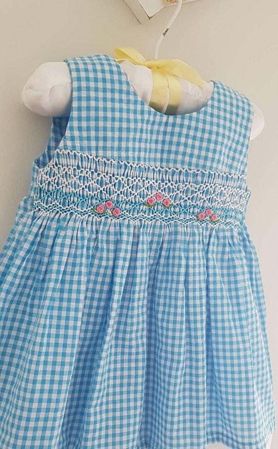 Hermoso azul facturado mano smocked y bordado vestido de bebé