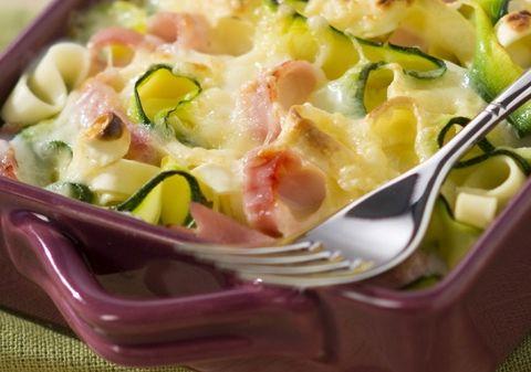 Gratin aux tagliatelles de pâtes, courgettes et jambon