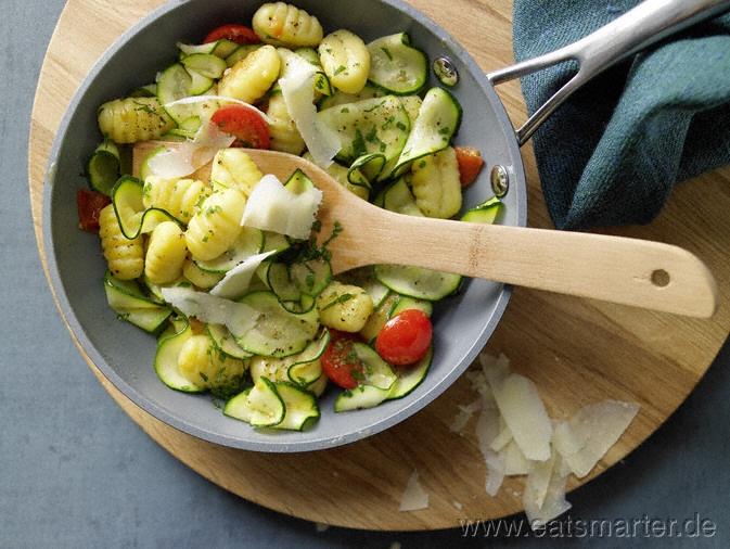 Super lecker, Super schnell und gesund! Gnocchi-Zucchini-Pfanne - smarter - mit Kirschtomaten und Parmesan. Kalorien: 386 Kcal | Zeit: 10 min. #fast #recipes