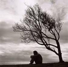 Onuitgesproken gedachten dwalen door de nacht . Koud en guur is de wind die het duister met zich mee bracht .  Tranen van woede, verdriet en pijn  bevriezen op mijn gezicht ,  wanneer oude wonden weer gaan bloeden . Uit het verleden aangericht .......   Ik probeer de kracht te vinden om weer verder te gaan, om te vechten en te strijden, om boven mijn angsten te staan . Maar het is zo ontzettend moeilijk  en  het maakt me moedeloos en moe !