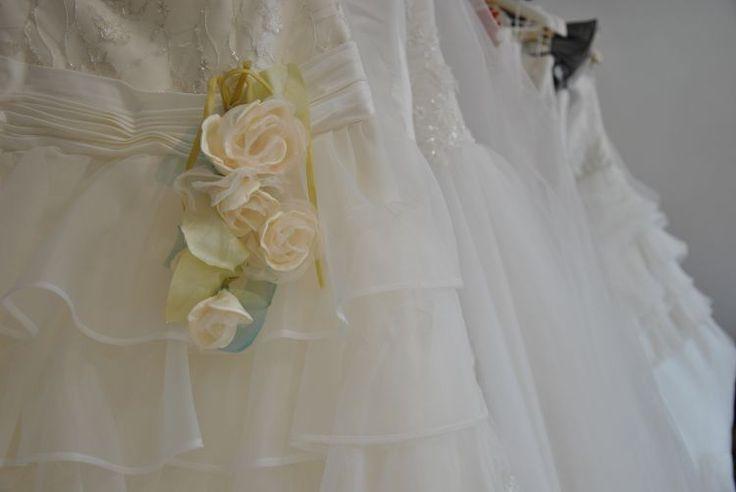 Decorazione con rose per abito da sposa