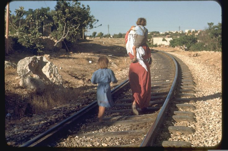 Arab family crossing a railway track in Jerusalem, July, 1950, Katcoff collection. אזור בית צפאפה