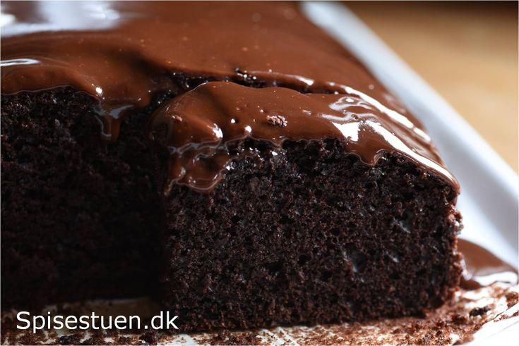 Det er sådan her en chokoladekage skal være! Mørk og lækker med dyb smag af chokolade ogsvampet og luftig i konsistensen :-) Jeg bagte en prøveversion i sidste uge, og den fik en chokolade-kaffe g…