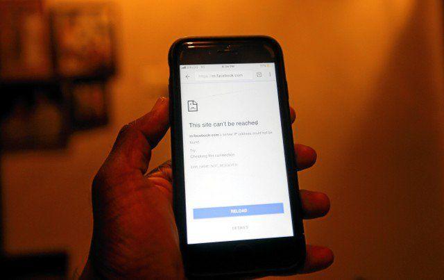 Alemania revisará ley sobre redes sociales - La pantalla de un teléfono móvil muestra que la página de FaceBook no puede abrirse después de que el gobierno decidió cerrar las redes de mensajería social, incluida Facebook en toda la isla, en Colombo, Sri Lanka, el 7 de marzo de 2018. REUTERS / Dinuka Liyanawatte BERLÍN (Reuters) – Una ... - https://notiespartano.com/2018/03/09/alemania-revisara-ley-redes-sociales/