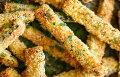 Parece mágica, mas não é: aprenda a fazer abobrinhas fritas no forno! // Receita completa em casaecozinha.com :-)