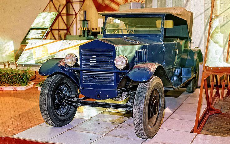 Первый советский V-образный двигатель стоял на НАМИ-1, сделанном на основе конструкции Tatra 11. Двухцилиндровый мотор воздушного охлаждения объемом 1,16 л развивал 18,5 л.с. Кстати, задняя подвеска НАМИ-1 была независимой — тоже впервые в СССР. НАМИ-1 изготовили всего около пятисот экземпляров. А крупносерийно V-образные бензиновые и дизельные моторы в нашей стране стали делать на рубеже 1960-х.