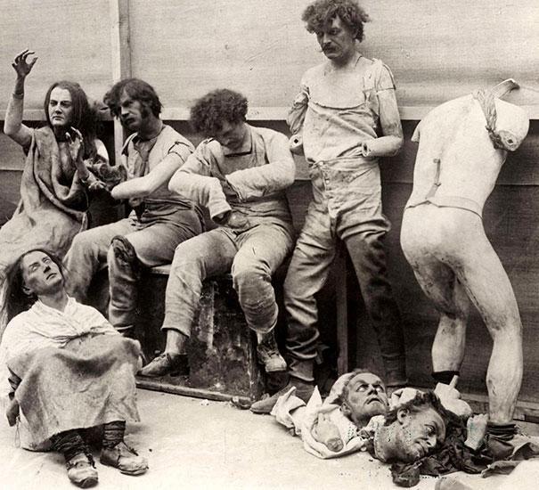 Maniquíes y figuras fundidas tras el incendio del museo de cera de Londres. 1930.