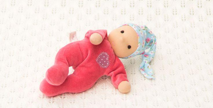 individuell gefertigte Erstlingspuppen für dein Baby, ab der Geburt geeignet mit weichem Nickikörper und lustiger Zipfelmütze bei Ellis Puppen kaufen