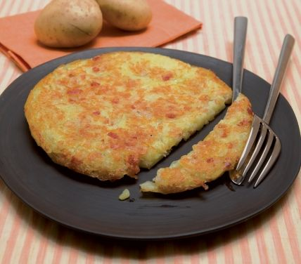 Ingredienti: 800 g di patate, 100 g di pancetta tritata, 1 cipolla, brodo, olio, sale, pepe