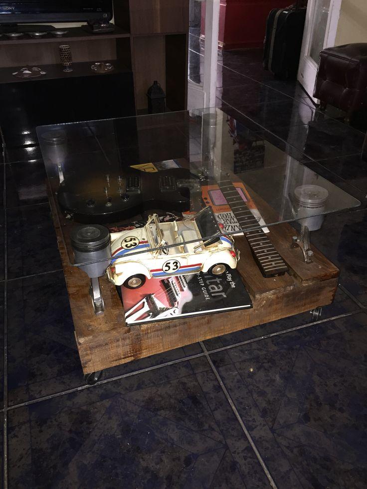 Mesa de centro hecha de pallet, pistones vw escarabajo y parabrisas.