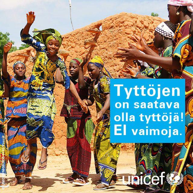 Nigeriläisiä tyttöjä laulamassa ja tanssimassa Garin Badjinin kylässä.