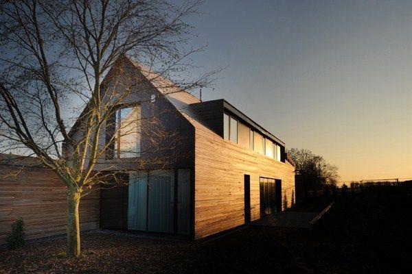 El estudio de arquitectura Steinmetzdemeyer firma una casa en Filsdorf, en Luxemburgo, diseñada para demostrar a la gente que la arquitectura contemporánea no tiene por qué tener un tejado plano y una fachada blanca con ventanas horizontales. Desde la distancia, la casa se percibe como tradicional de campo, con su tejado a dos aguas llamando …