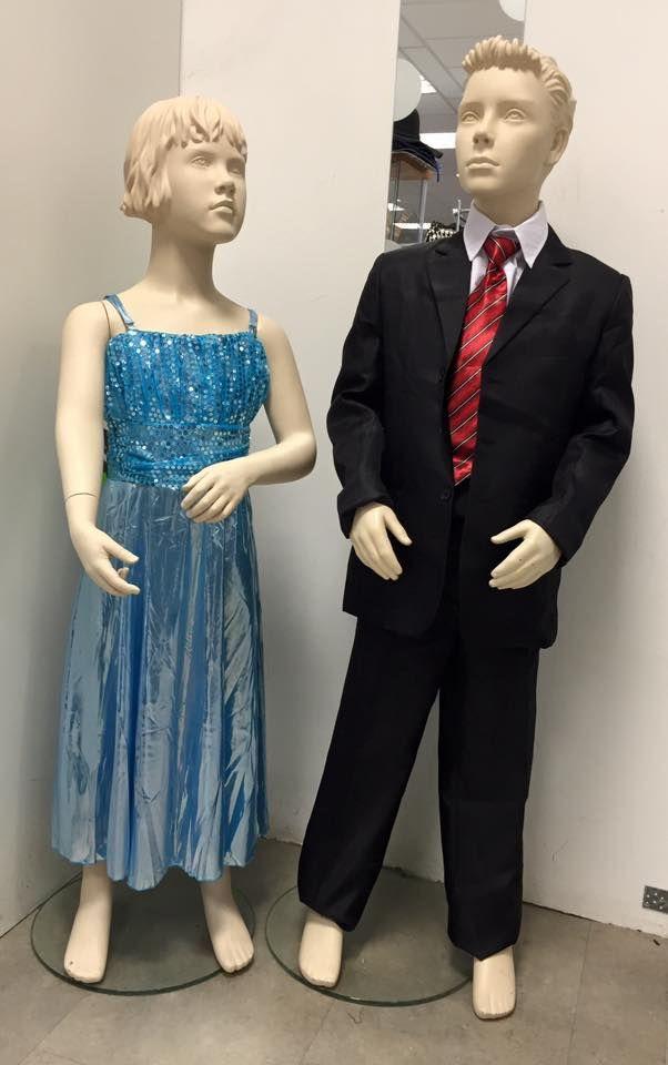Kinder galakleding voor jongens en meisjes. Zwart jongens pak en blauw meisjes jurk.