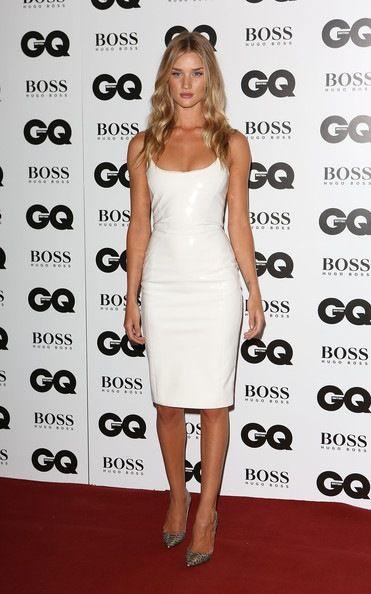 De los premios GQ: Rosie Huntington-Whiteley. Con un vestido blanco de PVC de Versace otoño 2013. Los zapatos de pitón de Louboutin.