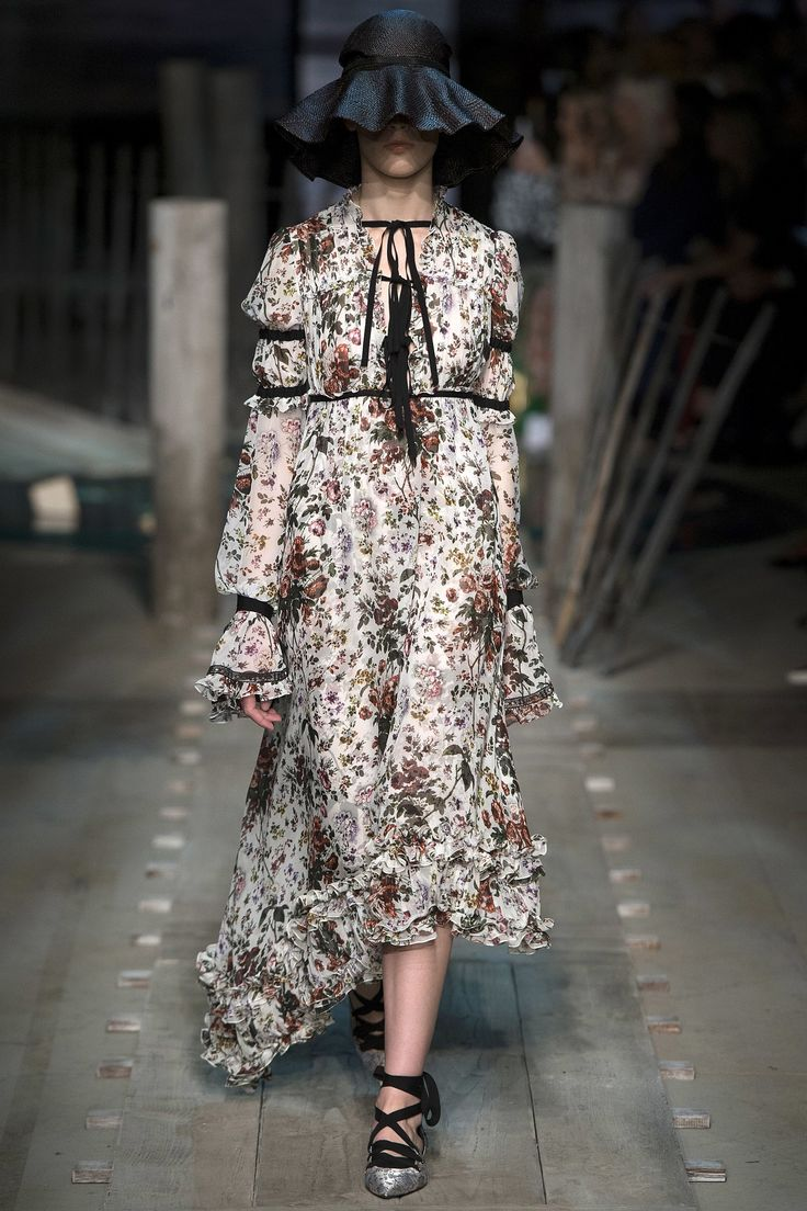 See the complete Erdem Spring 2017 Ready-to-Wear collection.