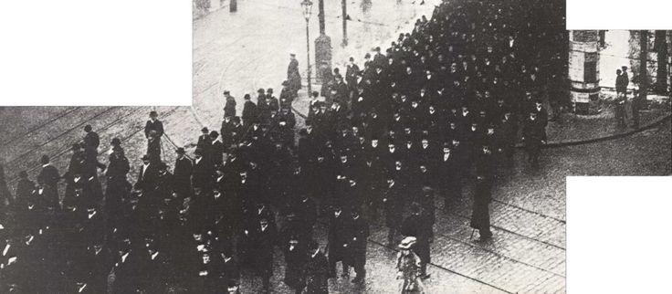 Bildausschnitt: Sozialdemokratische Friedensdemonstration in Berlin auf dem Weg zum Treptower Park 1914. Socialist peace demonstration Berlin 1914.