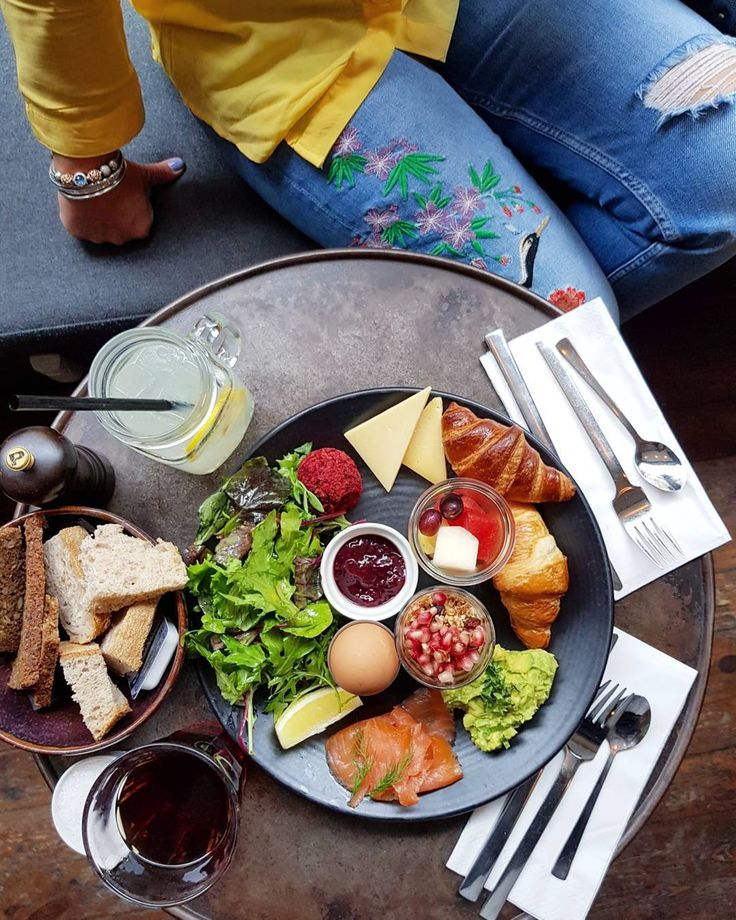 Kopenhag'da böylesine leziz bir kahvaltı yapacağıma inanmazdım.  @theunionkitchen şehrin merkezi sayılan #nyhavn 'ın bir ara sokağında yer alıyor. Vejeteryan brunch tabağında haşlanmış yumurta 2 dilim peynir 2 kruvasan granola reçel somon avokado meyve salata ve pancar köftesi yer alıyor. Pancar köftesi muhteşemdi.  Falafel çağrışımı yapan hafif baharatlı bol lezzetli bir köfte. Sordum akşam yemeklerinde bu köfteyi tek başına da servis ediyorlarmış. Bunun için geri geleceğim.  Tabakta yer…