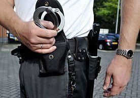 3-May-2014 15:50 - MAN WINKELT IN TILBURG MET HAKBIJL OP RUG. Een 29-jarige Tilburger is zaterdagochtend rond 10.30 uur met een hakbijl op zijn rug een winkel aan de Tilburgseweg binnen gegaan. Aan de geschrokken medewerksters vroeg hij of ze ook kleding voor mannen hadden.