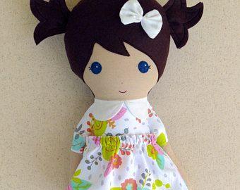 Muñeca de tela trapo muñeca chica de pelo marrón en vestido Floral rosa y Coral Rosa cashmir