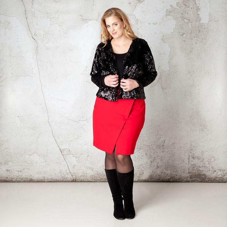 100 procent party proof is dit jasje met prachtige pailletten all-over. Dit jasje met ronde hals heeft een kort, recht model en lange mouwen. Aan de v... Bekijk op http://www.grotematenwebshop.nl/product/jas-van-x-two-voor-vrouwen-met-grote-maten-5/