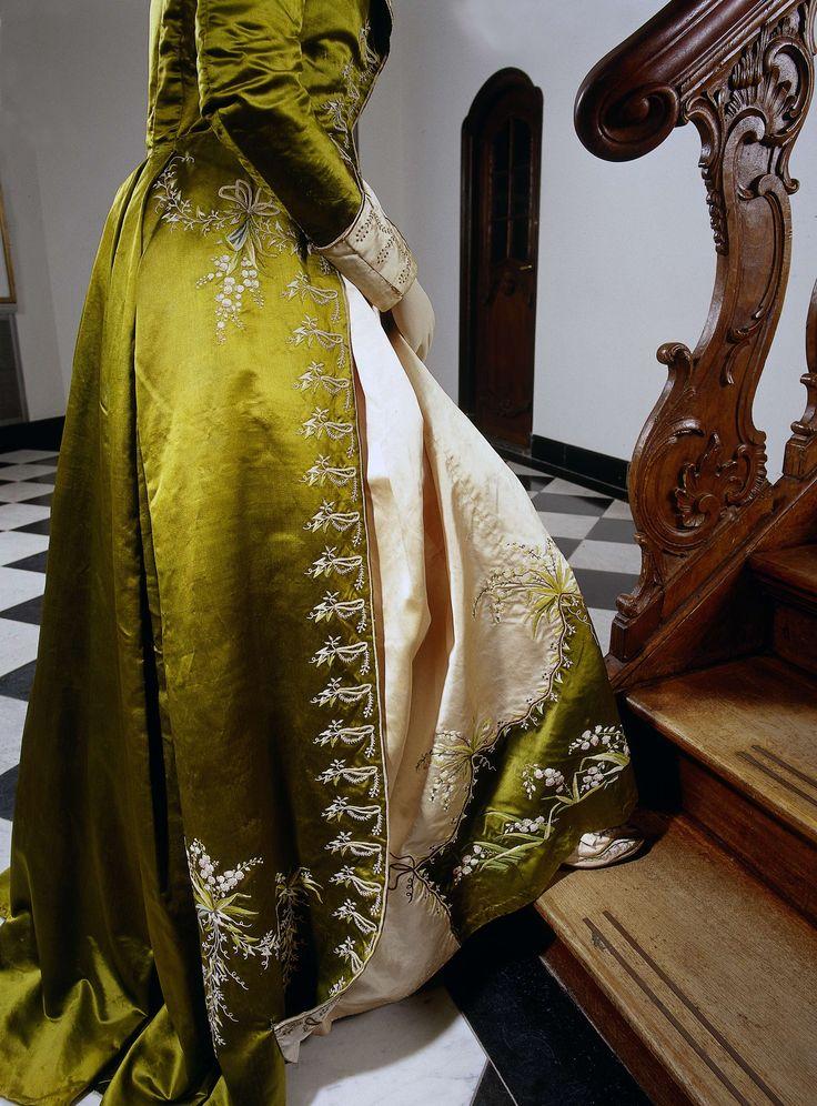 Japon of 'redingote' van mosgroene en zachtroze zijde, bestaande uit een japon met open rok (a) en een rok (b) geborduurd met lelietjes van dalen, anoniem, ca. 1785