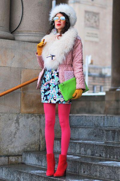 Medias rosas, botines rojos, bolso verde, falda azul, chaqueta rosa, gorro blanco... es multicolor!