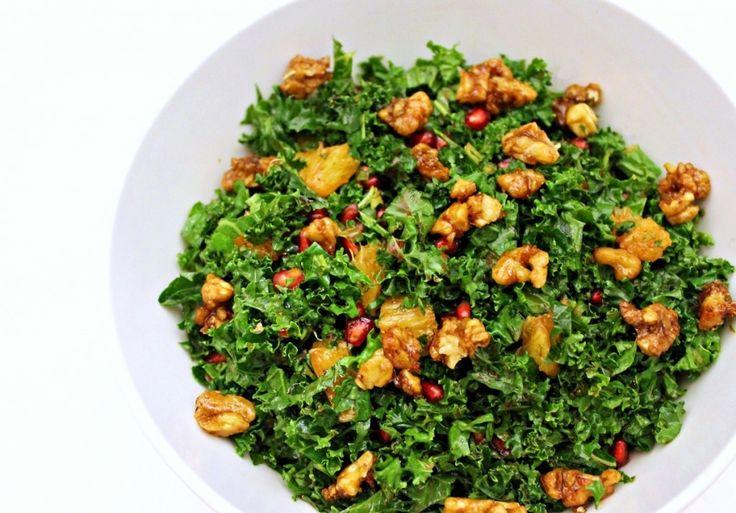 Jeg tror aldrig, at jeg kan blive træt af grønkål, selvom det er på menuen mindst et par gange om ugen hele efteråret. Det smager bare skønt, er sundt og ser samtidig så pænt ud. Her serveres den rå g