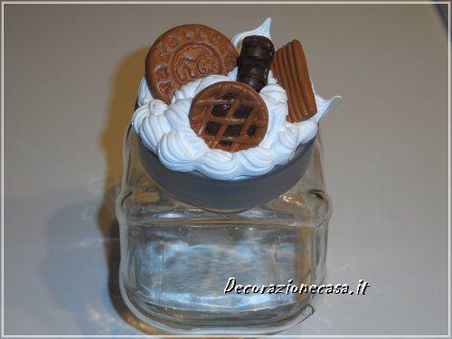 Biscottiera artigianalein vaso di vetro.  Misura h 18 x 15 cm.  Coperchio decorato conpanna e biscotti in gessofatti a mano.  Idea regalo. Guarda sul sito tutta la collezione.