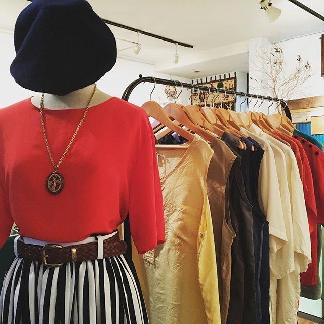 【choosy.choosy】さんのInstagramをピンしています。 《深夜の1時半…大分出来上がってきましたよ♡ こちらは人気のシルクタンク、ブラウスコーナーです♫  #choosy #ものがたりを着る #静岡 #古着 #レディース古着 #古着屋 #セレクトショップ #作家 #アクセサリー #絵本 #森 #vintage #antique #usedclothing #used #jpn #Shizuoka》