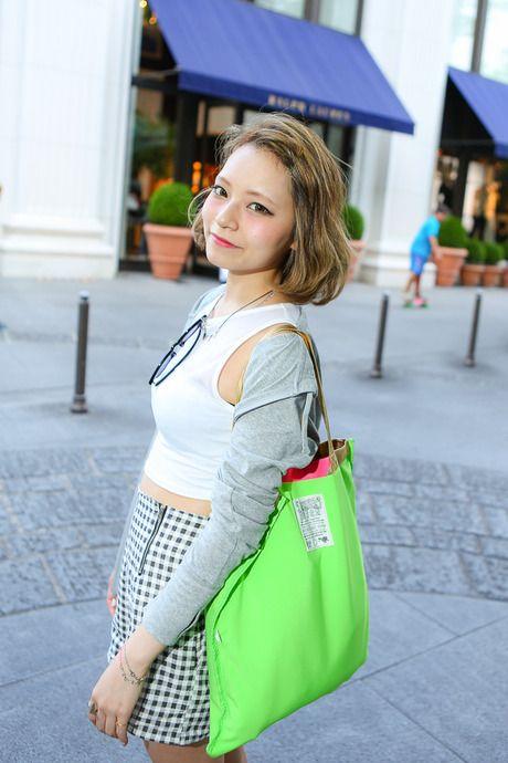 すっきり系。モノトーンの服にきれいなバッグがいい感じ。