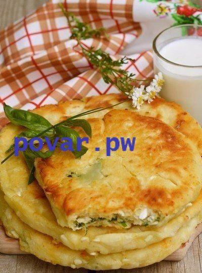 Сырные лепешки с разными начинками.  Ингредиенты  1 ст. кефира или йогурта 1 ст. тертого твердого сыра (можно смесь сыров) 2 ст. муки 0,5 ч. ложки соли 0,5 ч. ложки сахара 0,5 ч. ложки соды  для начинки  пучок зелени на свой вкус копченая грудинка или ветчина или колбаса горсть тертого сыра оливковое или растительное масло для жарки  Как приготовить  1. Кефир смешать с солью, содой и сахаром.  2. Добавить сыр, затем муку и замесить мягкое. чуть липнущее к рукам тесто.  3. Для начинки зелень…