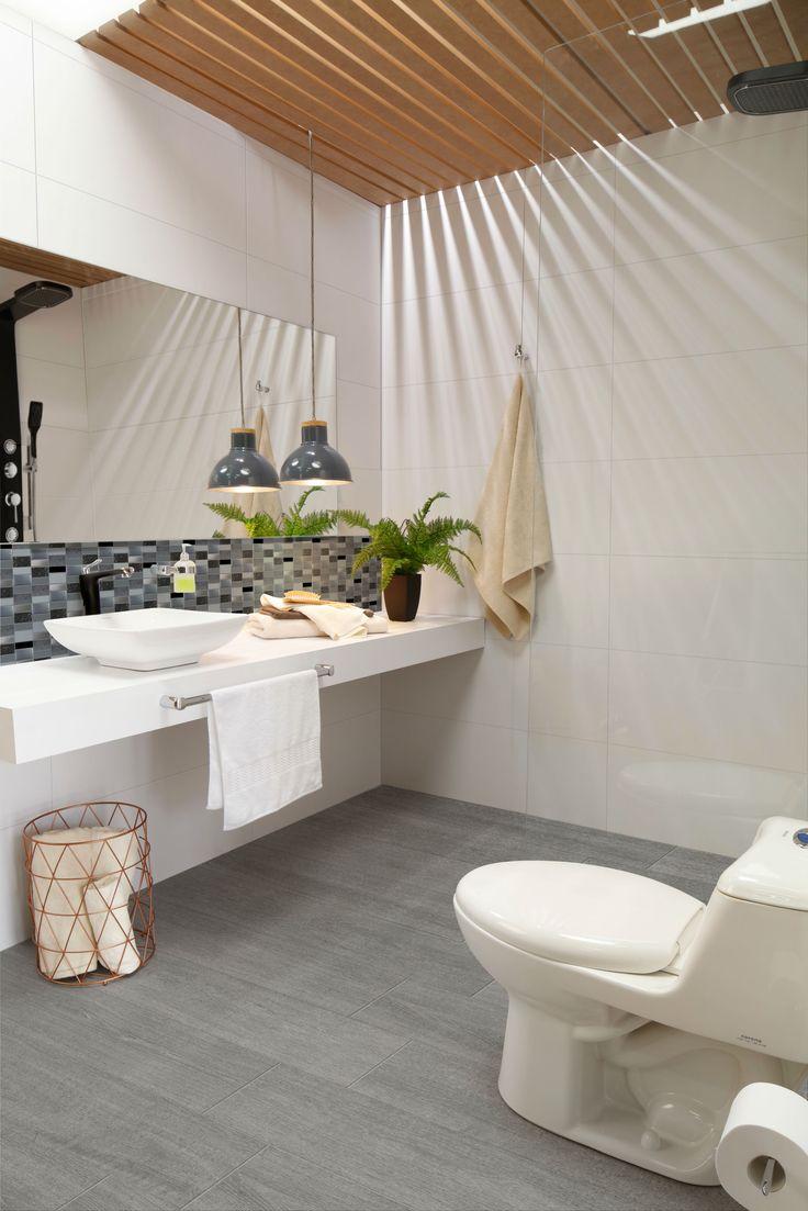 Para lograr una sensación de tranquilidad usa decorado tipo mosaico y crea contraste con un piso cerámico tipo madera.
