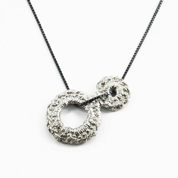 zilveren dubbel gehaakte hanger aan collier van MiekeDeBeen sieraden | Markita.nl
