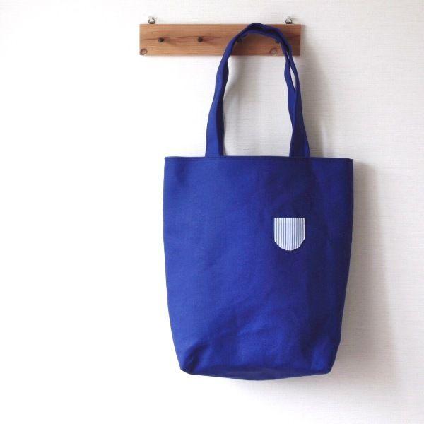 ロイヤルブルーの8号帆布を、トートバッグにしました。A4サイズのものが縦にすっぽり入り、肩掛けができるので通勤や通学にもお使いいただけます。内布はブルーのストライプで、同じ生地で小さな飾りポケットをつけました。内ポケットも1つ付いています。●カラー:ロイヤルブルー●サイズ:縦:40cm、横:35cm(上部)24cm(底部)、マチ10cm。持ち手を含めた高さ:55cm●素材:表布、裏布ともに綿●注意事項:洗濯すると型崩れするおそれがありますので、避けてください。●作家名:カタバミ#トートバッグ #可愛い #大人かわいい #おしゃれ #マチ付き #北欧風 #ナチュラル #ポケット #布製 #布雑貨 #レディース #カジュアル #バケツトートバッグ #布小物 #仕事用 #お出かけ #落ち着いた色合い #シンプル #優しい風合い #内布ポケット #洋服に合わせやすい #手提げバッグ #自然 #手作り #ハンドメイド #handmade----------------------------------------------【定形外郵便の料金改定】2017/6/1日本...