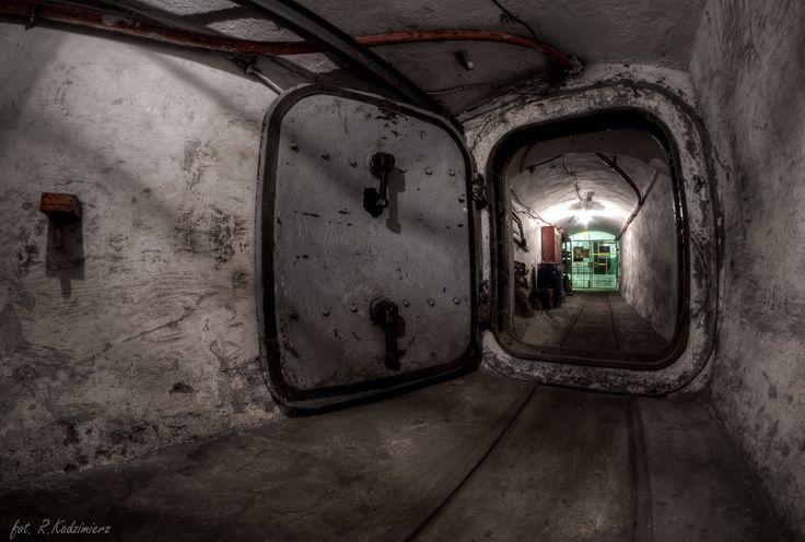 KWK Mysłowice - gródź wodoszczelna pod poziomem 500. Wejście do podpoziomowej stacji pomp