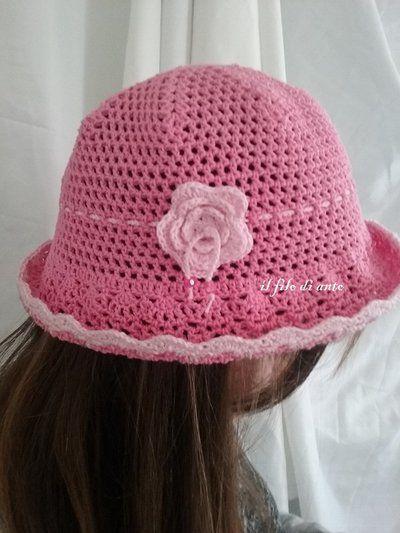 Cappello in cotone fucsia con fiore rosa