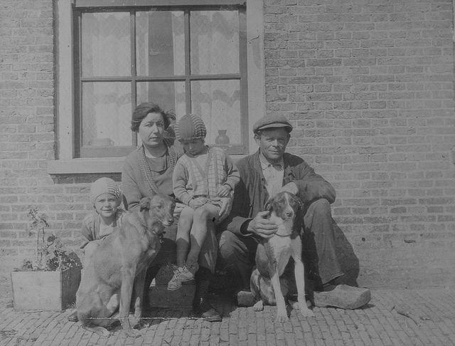 De op 11 april 1894 op Terschelling geboren Jan Cupido met zijn vrouw Helena Zeijlmaker en dochters Annie en Sio op het Posthuis eind jaren '30. Vlieland - jacht op konijnen - de hond   Flickr - Photo Sharing!