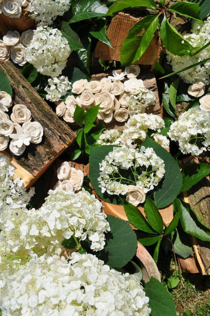 Hófehér hangulatban hortenziák között #filcvirágok.Kézzel készültek, kimagasló minőségű filcanyagból. #feltflowers #virágkoszorú