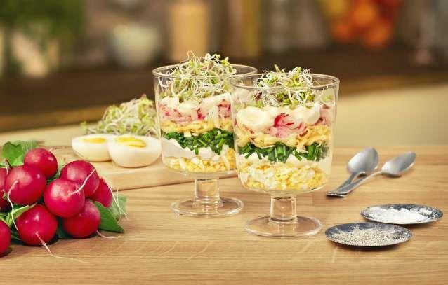 Przepyszna, ale przede wszystkim szybka i prosta, wiosenna sałatka warstwowa z serem żółtym, rzodkiewką i jajkiem, zwieńczona Majonezem Dekoracyjnym – idealna na Wielkanocny stół!