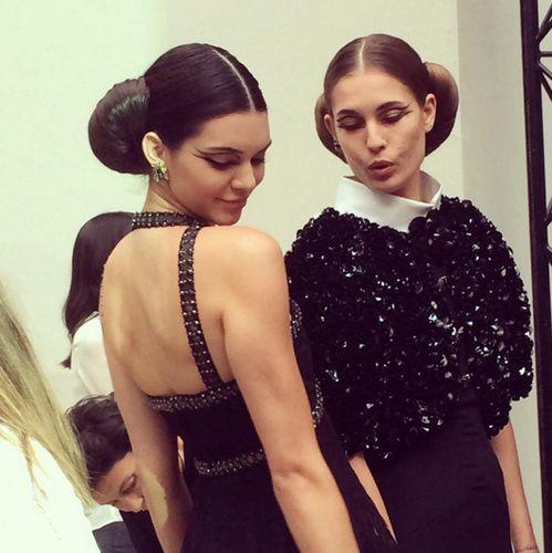 Kendall Jenner en backstage du défilé Chanel haute couture printemps-été 2016 coiffure croissant eye liner graphique