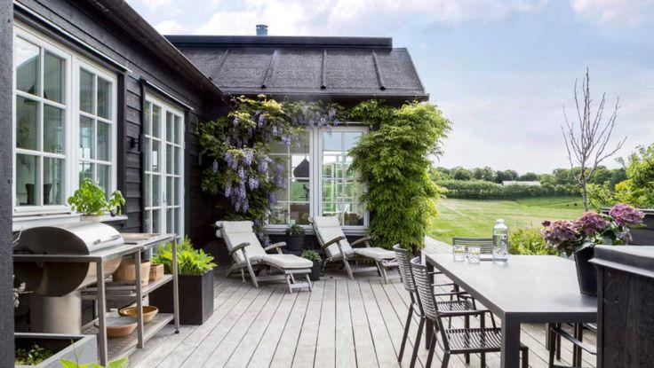 Hjertet i Diana og Torben Støys sorte træhus i udkanten af Viborg er et stort lyst og lækkert indrettet multirum med næsten syv meter til loftet. Udenfor fortsætter følelsen af luft og vidder – for her er højt til himlen, og huset ligger med udsigt til grønne marker.