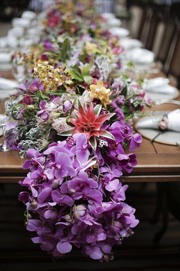 Casamento na Fazenda Vila Rica -  decoração em cores vibrantes - mesa dos convidados com arranjo central de guirlanda de flores ( Foto: Studio 47 | Decoração: Fabio Borgatto e Telma Hayashi )